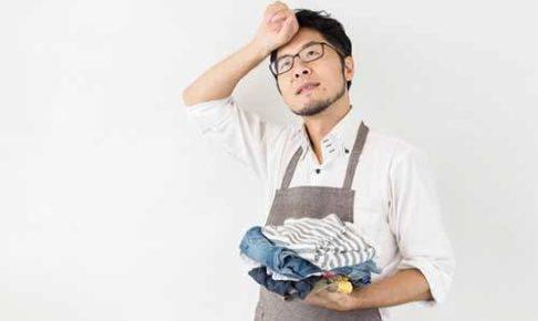 洗濯物をたたみ中の男性