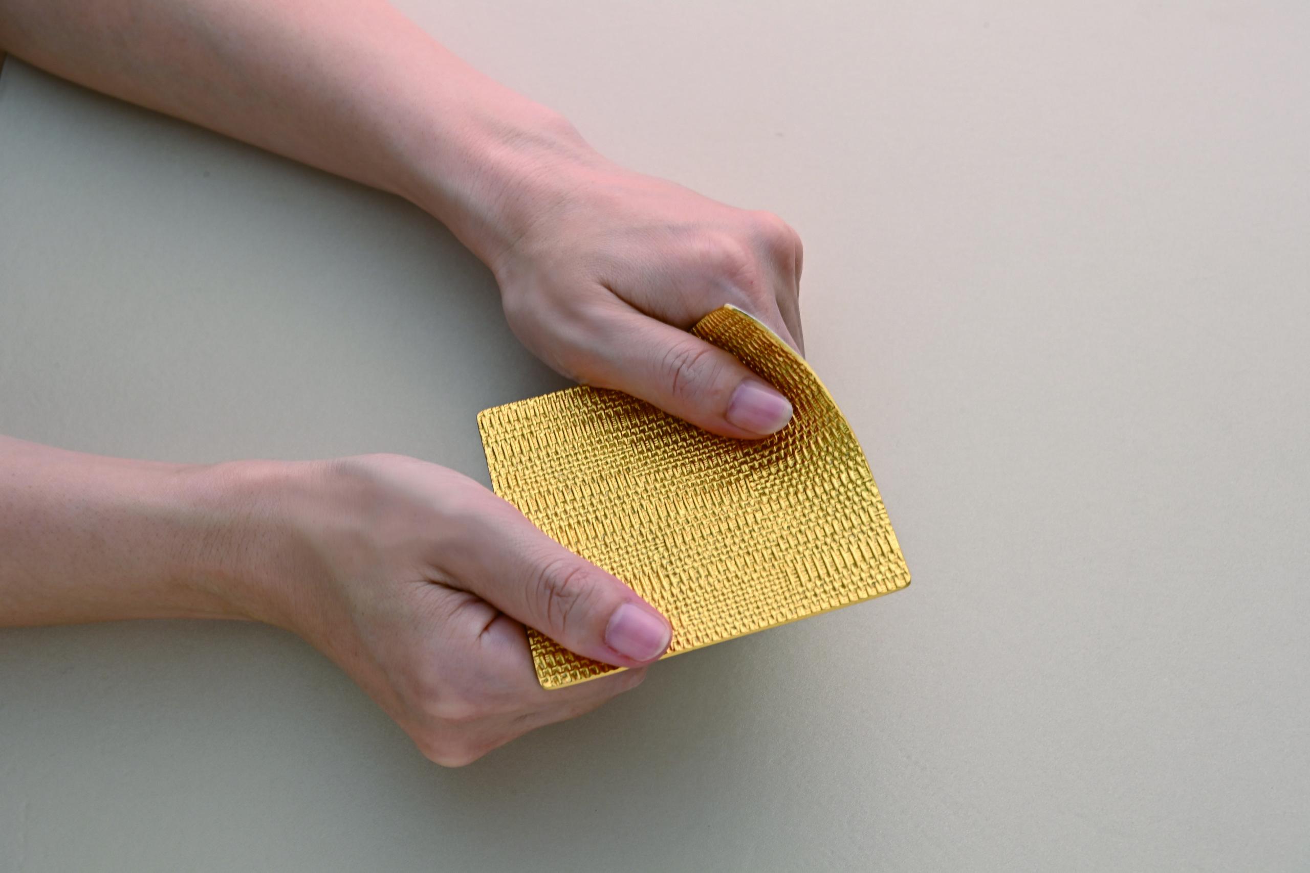 金箔×錫により、お好みの形に曲げられるテーブルウェアが新発売(ギンザタナカ)